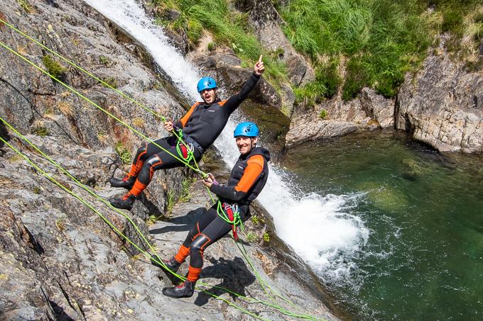 rappel descente sourire eau montagne sport canyoning artigue