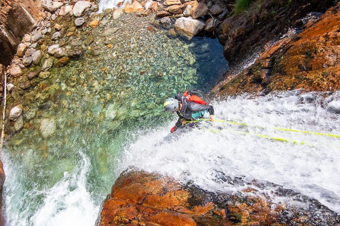 rappel descente cascade eau transparente canyoning artigue